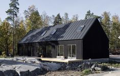 it's perfect. The Lewis exterior saga continues. // design via // Modern Log Cabins, Modern Barn House, Black House Exterior, Interior Exterior, Construction Chalet, Cladding Design, Surf House, Casas Containers, Long House