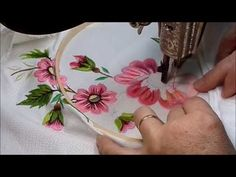 Embroidery Flowers Pattern, Flower Patterns, Machine Embroidery Designs, Brazilian Embroidery, Satin Stitch, Diy Flowers, Make It Yourself, Sewing, Caramel