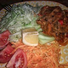 Frango ao molho de tomate e cenoura mais salada mista: alface tomate repolho cenoura ralada . Bem temperados com sal azeite e limão . #senhortanquinho #paleo #paleobrasil #primal #lowcarb #lchf #semgluten #semlactose #cetogenica #keto #atkins #dieta #emagrecer #vidalowcarb #paleobr #comidadeverdade #saude #fit #fitness #estilodevida #lowcarbdieta #menoscarboidratos #baixocarbo #dietalchf #lchbrasil #dietalowcarb