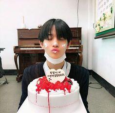 bae jinyoung wanna one so cute 💕 Jinyoung, Nct, First Boyfriend, Lai Guanlin, Lee Daehwi, Ong Seongwoo, Produce 101 Season 2, Kim Jaehwan, Ha Sungwoon