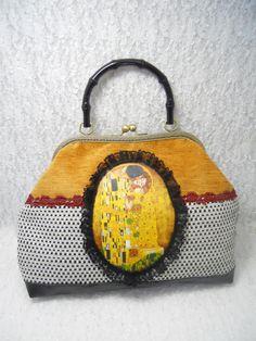 Sac à main vintage et art nouveau avec un transfert de Klimt en velours et dentelle, il est équipé dun fermoir à lancienne bronze ciselé de 26cm de large