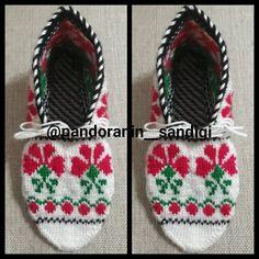 Fotoğraf açıklaması yok. Crochet Bebe, Baby Shoes, Winter Hats, Camper, Christmas Ornaments, Holiday Decor, Create, Instagram, Kids