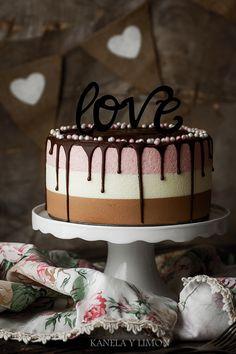 Strawberry and Chocolate Cake (Valentine's Day) l Kanela and Lemon Beautiful Cakes, Amazing Cakes, Mini Cakes, Cupcake Cakes, Cupcakes, Chocolate San Valentin, Neapolitan Cake, Dessert Drinks, Desserts
