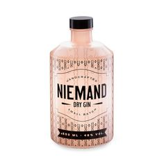 It comes with a quirky look and a unique taste and is prepared to stay in your mind for a long time: Niemand Dry Gin. Order your bottle from us! Alcohol Bottles, Liquor Bottles, Vodka Bottle, Premium Gin, Gin Set, Whisky, Transparent Labels, Gin Brands, Packaging