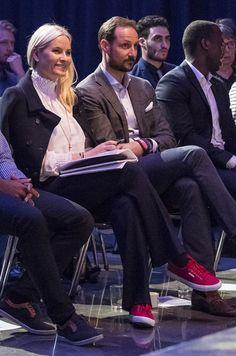 La plus décontractée Plutôt que d'élégants escarpins à talons, la princesse Mette-Marit de Norvège a dégainé ce jeudi 31 mars au soir des baskets rouges pour se rendre avec son époux le prince Haakon à une conférence en lien avec la jeunesse.