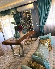 Beklenmedik yerlerde aynalar, sofistike ve keyifli bir ortam. Salon, decoration with golden color, White Carpet, Patterned Carpet, White Home Decor, Diy Home Decor, Living Room Designs, Living Room Decor, Hippie Home Decor, Carpet Colors, Living Room Carpet