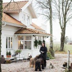 Bytte nyrenoverat i Trollhättan mot ett ruckel White Exterior Houses, Little White House, Swedish House, Scandinavian Home, House Goals, Cozy House, Porches, Old Houses, My Dream Home