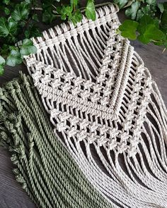 Macrame wall hanger with driftwood, knotted of beaten/twisted cotton cord of 3 mm, with an olive green dip dye. Dimensions* Dimension stick: 32 cm Width macrame: 19 cm Length macrame: 82 cm, measured from stick to longest point macrame.