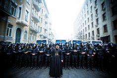 Знамените фото. Священик на Банковій. Найкращі фото часів ЄвроМайдану | Українська правда