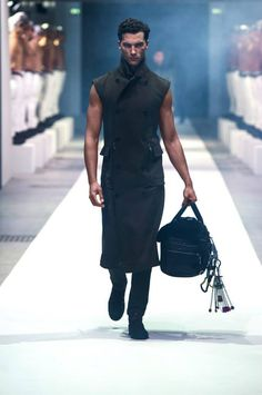<a title='MUSCOLI & GLAMOUR PER DIRK BIKKEMBERGS ALLA MEN FASHION WEEK. COLLEZIONE SS15.' href='http://www.zazoom.it/news-notizia/post/29129'>dirk bikkembergs</a> AW15 MILAN FASHION WEEK 2015 UMAN BODIES