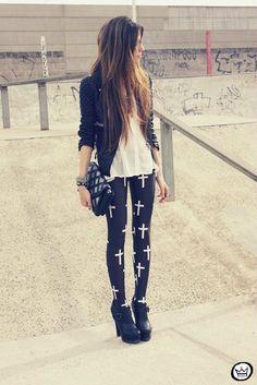 a cute cross leggings outfit . Grunge Fashion, Look Fashion, Fashion Outfits, Womens Fashion, Fasion, Chic Outfits, Street Fashion, Fall Fashion, Fashion Ideas