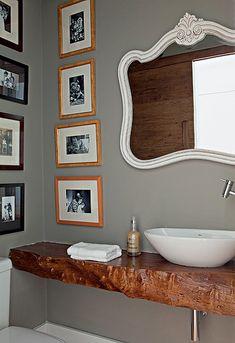 HERANÇA DE FAMÍLIA O espelho rebuscado do lavabo veio de uma penteadeira da avó do morador Rafael Carmineti. Ele faz uma composição interessante com o tronco descartado, da designer Monica Cintra