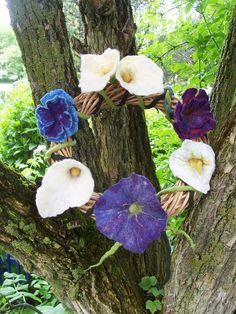 blauer kranz mit filzblüten