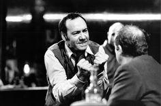 """Foto d'archivio: Kevin Spacey protagonista dello spettacolo teatrale di Eugene O'Neill """"The Iceman Cometh"""" all'Almeida Theatre di Londra, nel 1998. L'attore è nato a South Orange, in New Jersey, il 26 luglio 1959 e oggi compie 55 anni. (AP Photo/Ivan Kyncl) - Il Post"""