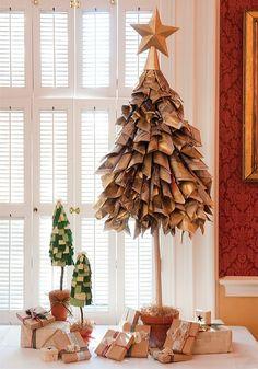 Cây thông với cành lá được làm từ giấy báo cũ.