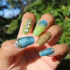 #nails #acrylicnails #glitternails #nailselfie #montanezari