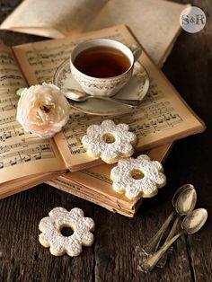 Ana Rosa, denim-and-chocolate: Morning has broken … Coffee And Books, Coffee Love, Coffee Break, Coffee Cups, Tea Cups, Coffee Mornings, Hot Coffee, Chocolate Cafe, Raindrops And Roses