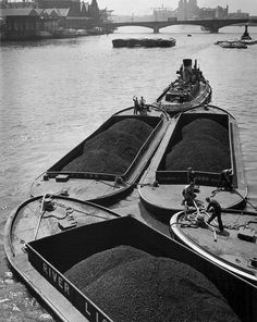 Coal Barges on the Thames, London, 1951.  (via wolfsuschitzkyphotos.com)