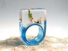Summer breeze – summerlike beach figure ring with mini figures and sand on a lightlue ring made of resin for the holiday feeling