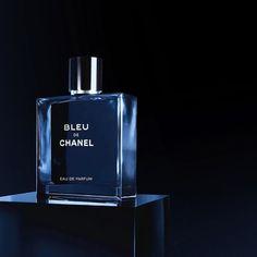 Bleu de Chanel é uma fragrância masculina extremamente elegante além de representar um elogio à liberdade masculina. Um eau de parfum aromático-amadeirado sensual e cativante. Definitivamente a melhor opção para presentear nesse fim de ano. Disponível em nossa loja on-line com ótimas condições de compra (com desconto à vista e parcelado no cartão de crédito)