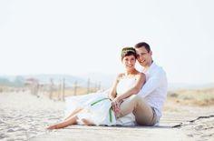 Brautpaar am Strand von Sardinien mit kurzem Hochzeitskleid mit Petticoat (www.noni-mode.de - Foto: Irene Langemann)