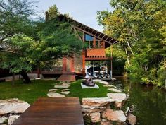 แบบบ้านเดี่ยวของครอบครัวหนึ่งในเมืองออสติน ที่สมดุลกันระหว่างการออกแบบและความงามทางธรรมชาติรวบรวมความทันสมัย และแนวคิดสร้างสรรค์