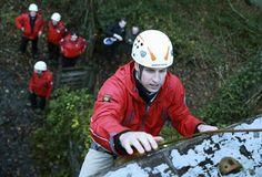 Abgeseilt: Prinz William übt sich im Klettern. Gemeinsam mit seiner Ehefrau, Prinzessin Kate, trainierte er in Wales in einer Outdoor-School das Abseilen von einem Turm. Mehr Bilder des Tages auf: http://www.nachrichten.at/nachrichten/bilder_des_tages/ (Bild: Reuters)