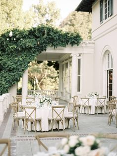 Elegant outdoors California wedding with a touch of vintage via Magnolia Rouge
