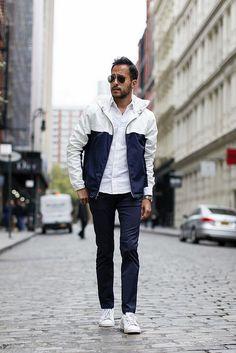 白紺バイカラーブルゾンパーカー×白オックスフォードシャツ×紺パンツ×白ローカットスニーカー | メンズファッションスナップ フリーク | 着こなしNo:185791