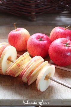 Apfelringe trocknen im Umluftherd. Die Stäbe schiebe ich direkt in die…
