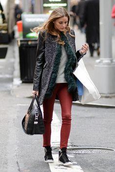 Calça burgundy, tênis preto, casaco cinza e tshirt