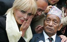 Joanna Lumley has threatened to hand back her British passport if Gurkhas lose their battle to stay in Britain. Patsy Stone, British Passport, Joanna Lumley, Wise Girl, Tv Awards, The Sunday Times, English Actresses, Funny People, Old Women