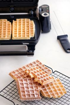 The recipe for mild and crispy waffles Easy Waffle Recipe No Milk, Waffle Recipes, Thermomix Desserts, Dessert Recipes, Bolacha Cookies, Crispy Waffle, Waffle Bar, Homemade Waffles, Croissant