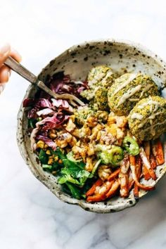 Le buddha bowl contient des légumes cuits et/ou crus, des fruits, des céréales, des légumineuses, des graines, des épices et parfois de l'œuf et du fromage.