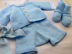 Conjunto de punto de jersey pantalón y patucos en azul bebé  knitting   handmade 15a34599149