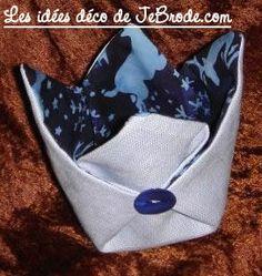 JeBrode.com: Une petite bourse vide-poche en origami pattern in english too.