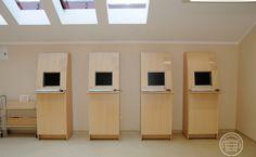 Meble z zabudowanymi monitorami katalogu w bibliotece jako kioski multimedialne