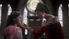 Johanna is more than a servant. Queen Eva teaches this lesson to her daughter, Snow White. Snow learns about being a good and kind Queen from her mother, Queen Eva. Ouat Snow White, Rena Sofer, The Queen Is Dead, Handsome Prince, Movie Costumes, Prince Charming, Pretty Little Liars, Best Shows Ever, Ever After