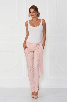 Slim nohavice svetloružovej farby. Výnimočnosť im dodáva našitá saténová mašľa v prednej časti - ktorú si viete uviazať na akýkoľvek spôsob. Vhodné k bodyčkám, tričku, blúzke.