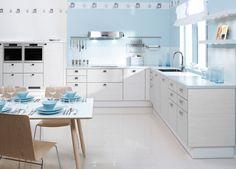 GRÅTT ÄR INGEN KOMPROMISS    I det här köket har luckorna en intressant gråfärgat horisontellt mönster. Äkta aluminiumkanten i luckorna ger rytm för hela köket. Blanka designhandtag och blankt kakelgolv lever sig in i matta luckornas symfoni. Spisfläkten är ett blickfång som har lov att spela sitt eget solo. Puustelli Solid bänkskivan finns i lätt frostig grå.    Produkterna på bilden:    LUCKOR: TME40 Melamin, LjusRand  HANDTAG: VE909-20-016  BÄNKSKIVOR: SOLID, FrostedLight