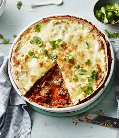 This all-in-one dish is so quick to make. Think Mexican lasagne using ready-made tortillas instead of sheets of pasta. Utterly delicious and very moreish! For this recipe you will need a pint wide-based (preferably round), shallow ovenproof dish. Beef Tortilla Recipe, Tortilla Bake, Meat Recipes, Mexican Food Recipes, Cooking Recipes, Mexican Lasagne, Mexican Dishes, Main Meals