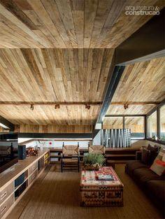 A madeira é o destaque neste projeto do arquiteto Gui Mattos no interior paulista. No chão, em itens do mobiliário, nas portas e em todo o forro foi usado madeira de demolicao ! Revista Casa e Construcao.