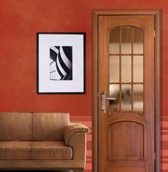 Se trata de un juego de manillas con placa modelo 3333 sobre una puerta de madera caoba de un comedor. Su estilo moderno y ovalado es perfecto para cualquier habitación.