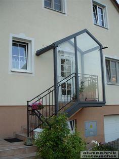 """Wir lassen sie nicht im Regen stehen!"""", wäre in diesem Fall unser Werbeslogan. Ein Aluminium Vordach aus unserem Hause bietet Schutz vor Umwelteinflüssen und verschönert gleichzeitig das Fassadenbild. Farbe? Ganz egal. Sie entscheiden."""
