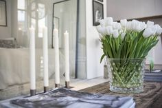 White candles and tulips coffee table decoration inspiration One Room Apartment, Small Apartment Interior, Scandinavian Apartment, Small Apartment Decorating, Apartment Design, Feng Shui, Stockholm Apartment, Tiny Apartments, White Tulips