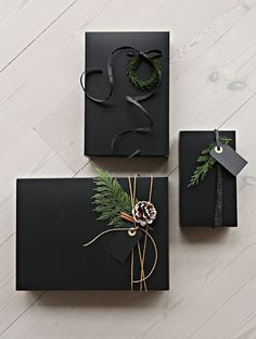 Need ideas to wrap your christmas Gifts creatively? Take quick ideas and Inspirations about easiest and cutest DIY Christmas Gift Wrapping Ideas right here. Easy Diy Christmas Gifts, Christmas Gift Wrapping, Holiday Gifts, Christmas Crafts, Christmas Ideas, Christmas Christmas, Homemade Xmas Gifts, Black Christmas Decorations, Christmas Flatlay