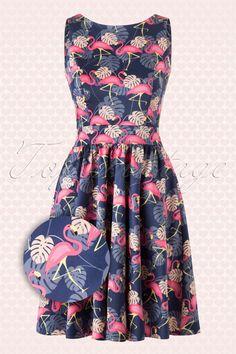 Die Sonne wird an einem wolkenlosen Himmer strahlen wenn du dieses 50s Flamingo LOve Tea Dress trägst!Frisch, verführerisch und feminin ist dieses Schätzchen. Mit einer runden Halslinie, einen dezenten V-Ausschnitt auf der Rückseite und an der Taille 2 Bänder die man zusammen binden kann für eine weibliche 50s Silhouette, wow! Hergestellt aus einem leicht dehnbaren Baumwolle-Mix in Lila und Blau mit einem Muster von hübschen Flamingos. Lina wird dich bestim...