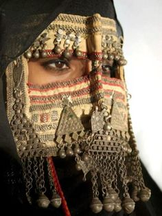 :::    PINTEREST.COM christiancross    :::: Yemeni lady. Reminds me of what ladies in Southern Saudi wear