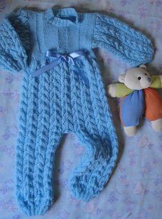Macacão azul em tricô para bebê.  Blue overalls knitting baby