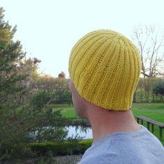 Ce bonnet a été réalisé sur commande suite à la demande d'un adepte inconditionnel du bonnet, prêt à en porter hiver comme été. Pourquoi pas? C'est donc un bonnet d'été pour homme, d'où le choix de la matière. Evidemment, il peut être tricoté en laine pour l'hiver. J'ai d'abord commencé en fausses côtes anglaises, mon [...]